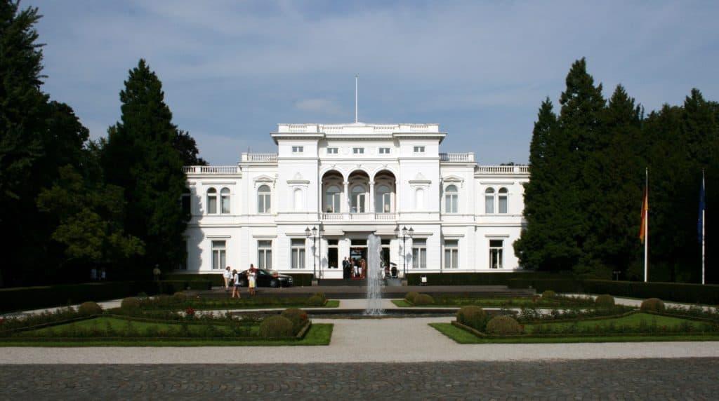 Foto: Sir James, Villa Hammerschmidt, Sicht von Seiten der Adenauerallee
