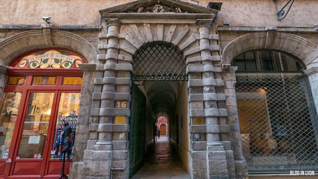 Les traboules du Vieux Lyon - La Tour Rose | Blog In Lyon