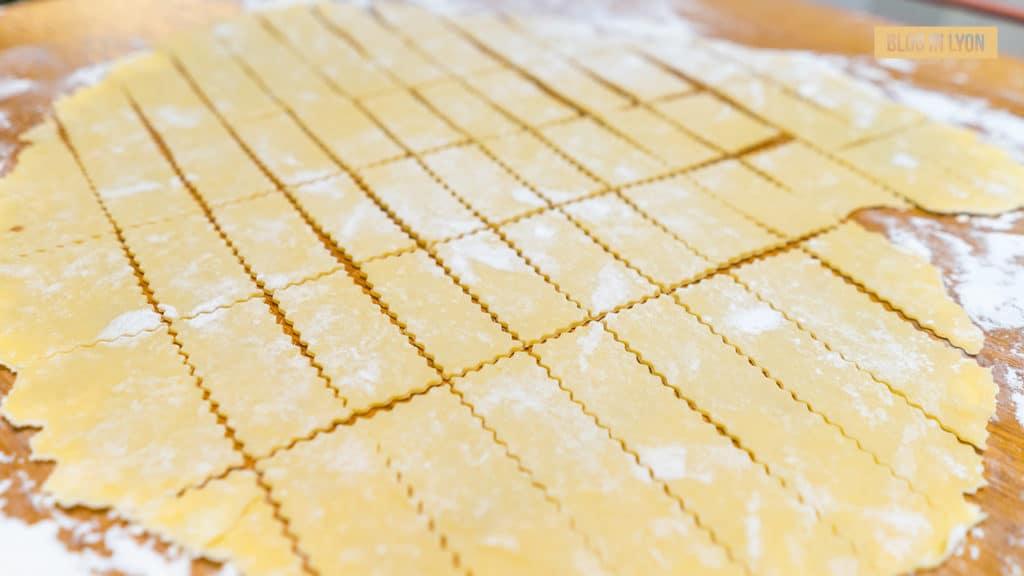Gastronomie lyonnaise - Découpage pâte à bugne | Blog In Lyon