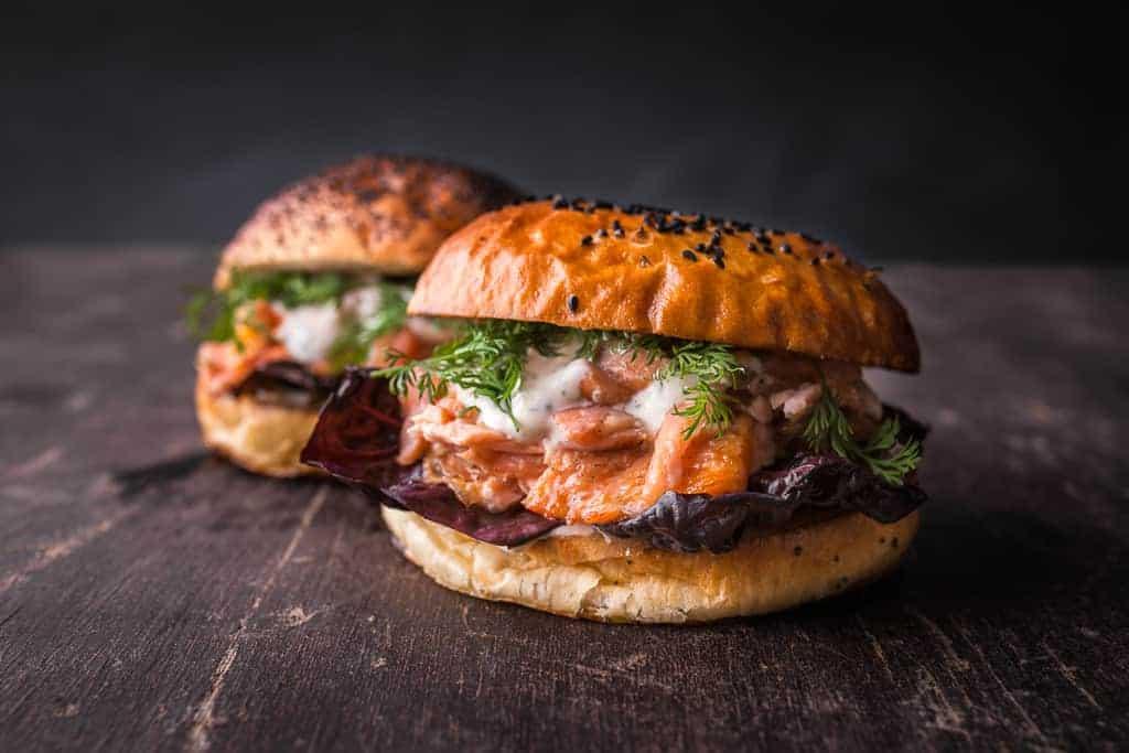 Pulled Lachs Burger mit Küstenkrusten-Creme