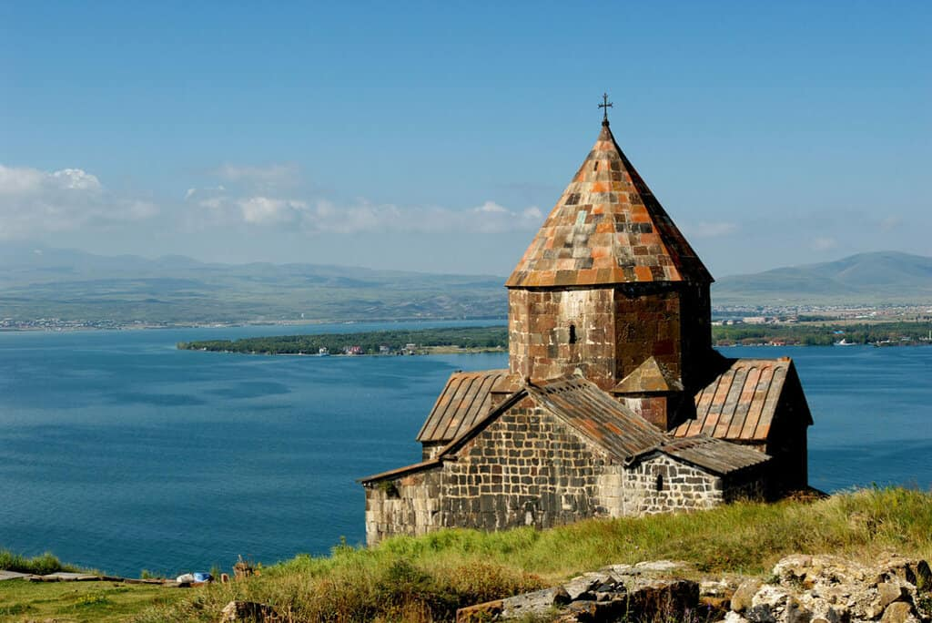 Lago de Sevan visto desde el Monasterio de Sevanavank