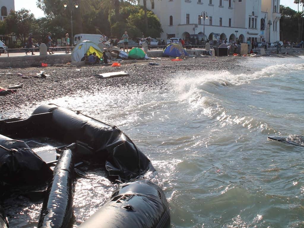 Flüchtlinge auf Kos: Angespültes Schlauchboot am Hafen