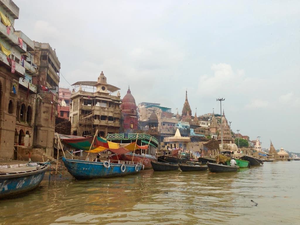 Varanasi am Ganges, Indien: Auf dem Boot vorm Manikarnika Ghat
