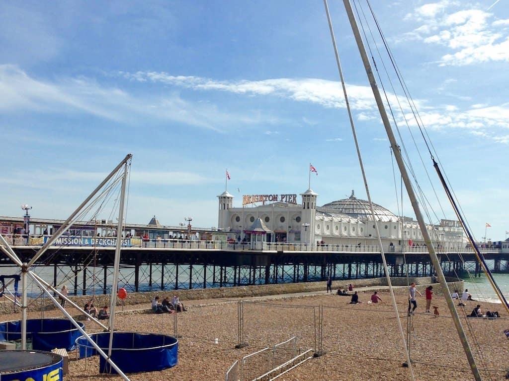 Brighton Sehenswürdigkeiten: Brighton Pier von der Promenade aus