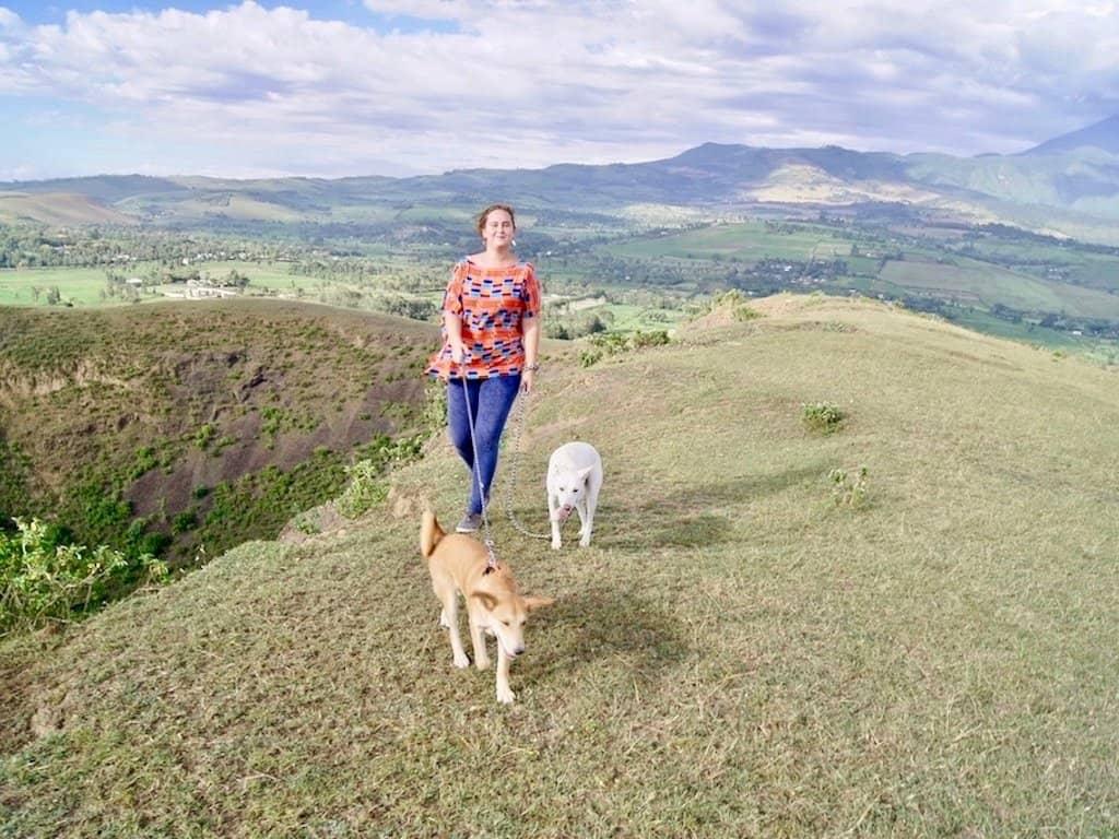 Auswandern nach Tansania: Tizia mit ihren Hunden
