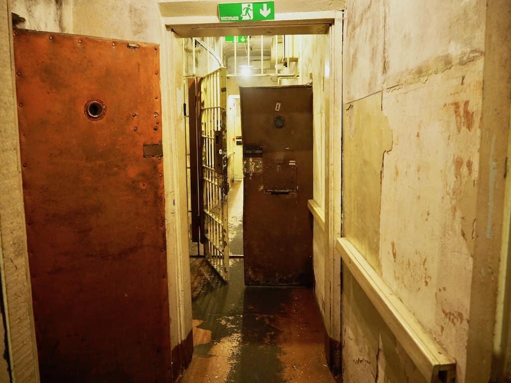 Während der Führung durch die Gefängniszellen im Eckhaus