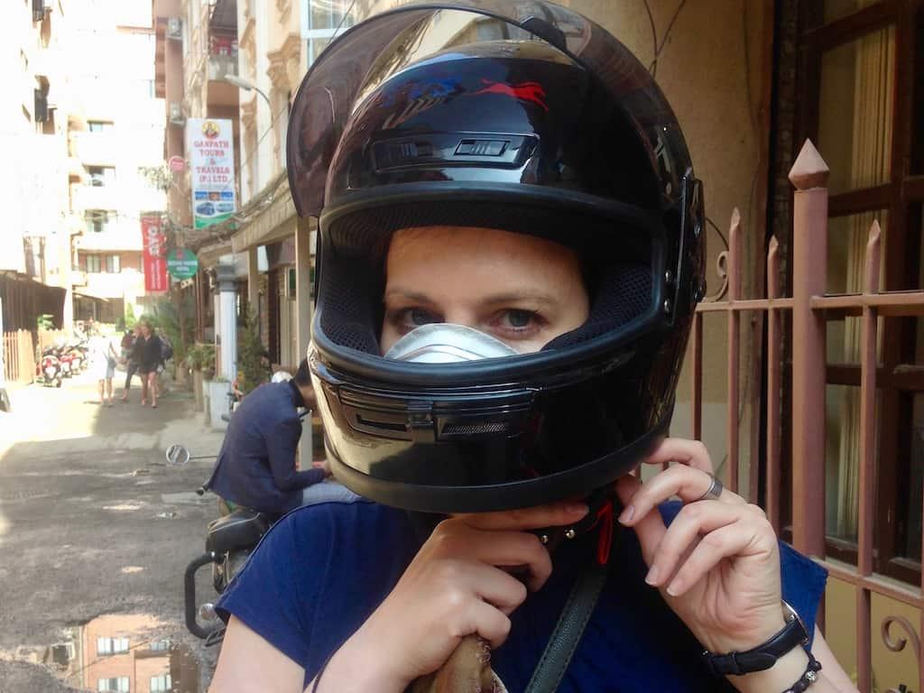 Autorin mit Helm in Kathmandu