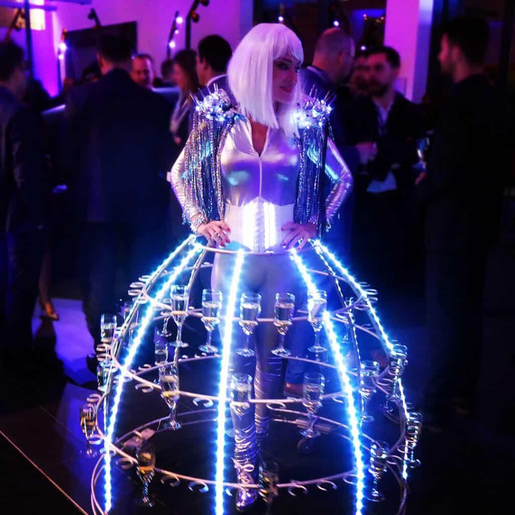 Tenue-futuriste-pour-hôtesse-robe-à-champagne