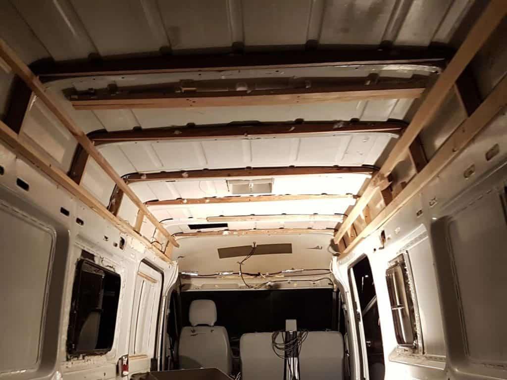 Une manière de fixer les tasseaux au plafond