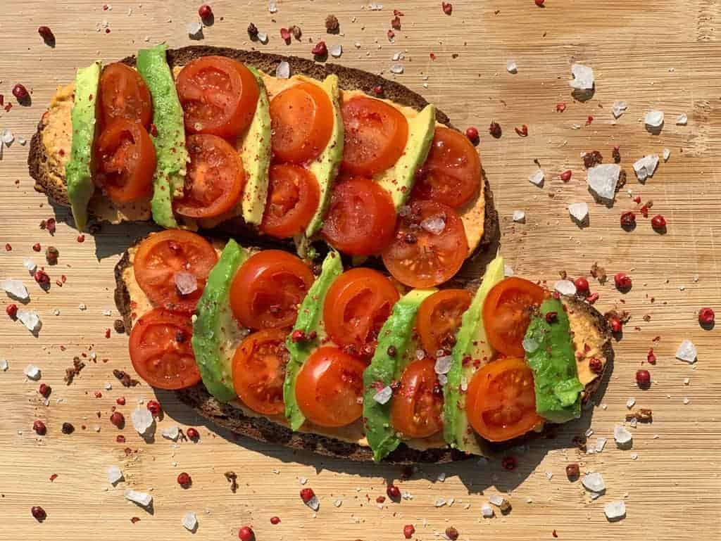 Avocado Brot mit Tomate