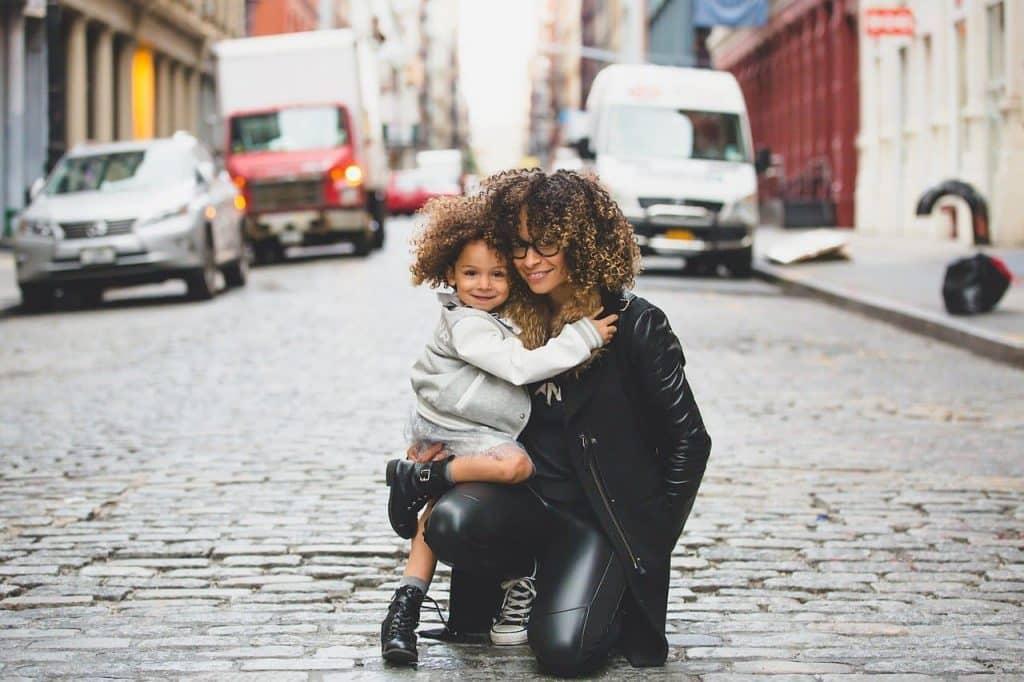 Mutter mit Kind auf Straße