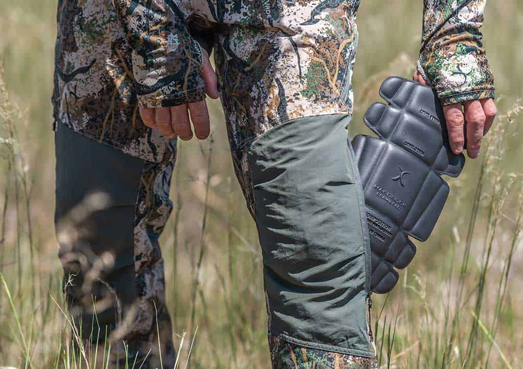 Vented hunting pants with knee pads