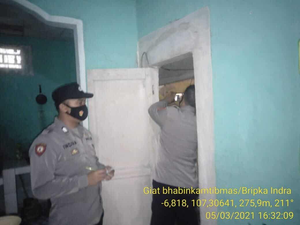 anggota kepolisian sedang memeriksa rumah kakek CS yang meninggal diduga tersengat listrik