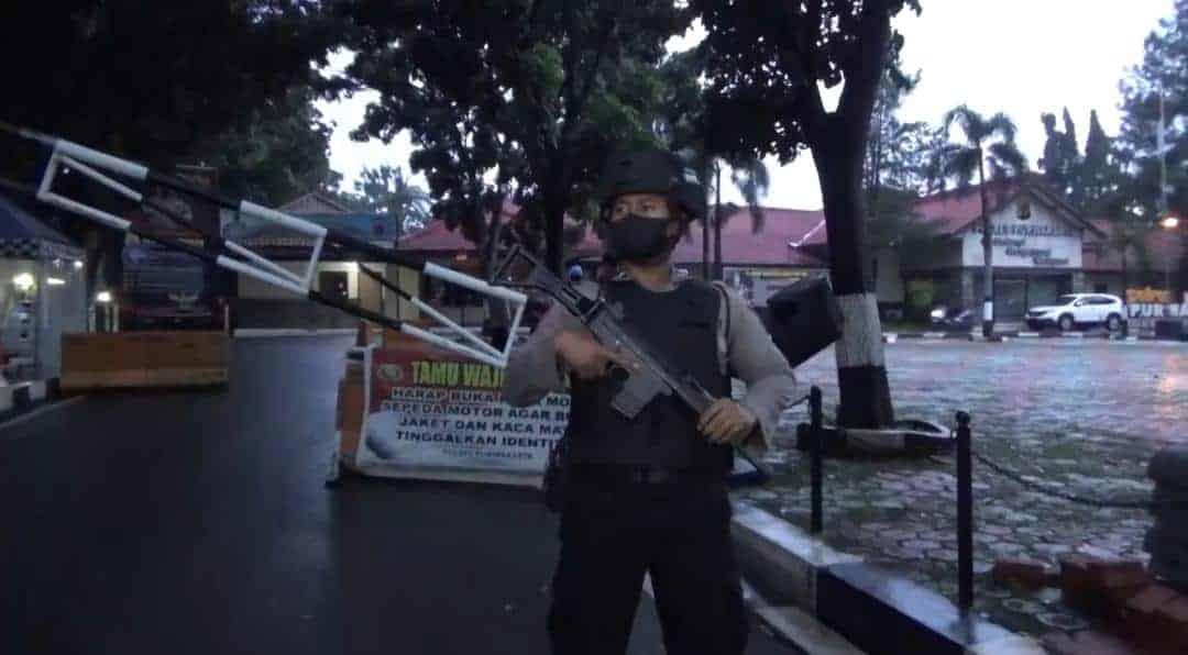 Penjagaan di pintu masuk Mako Polres Purwakarta