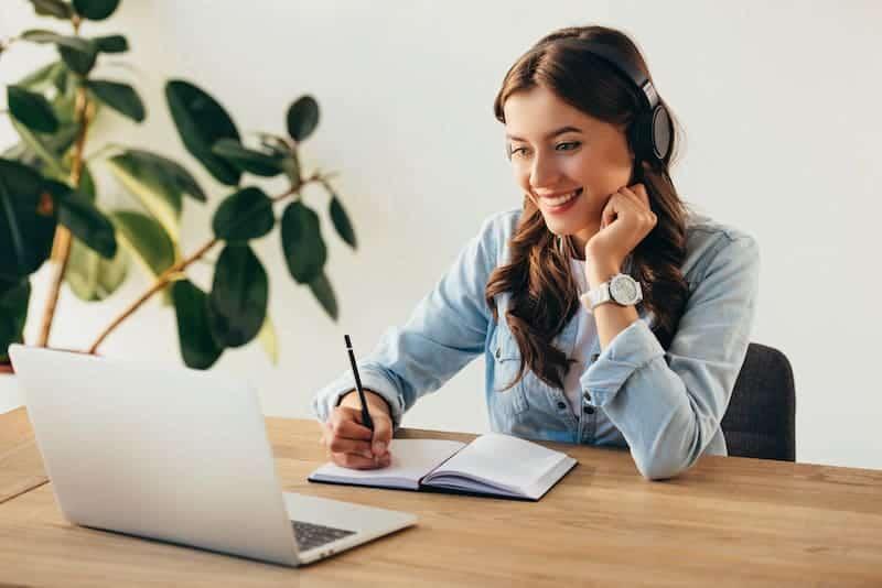 Frau im Webinar trägt zu Kostensenkung bei