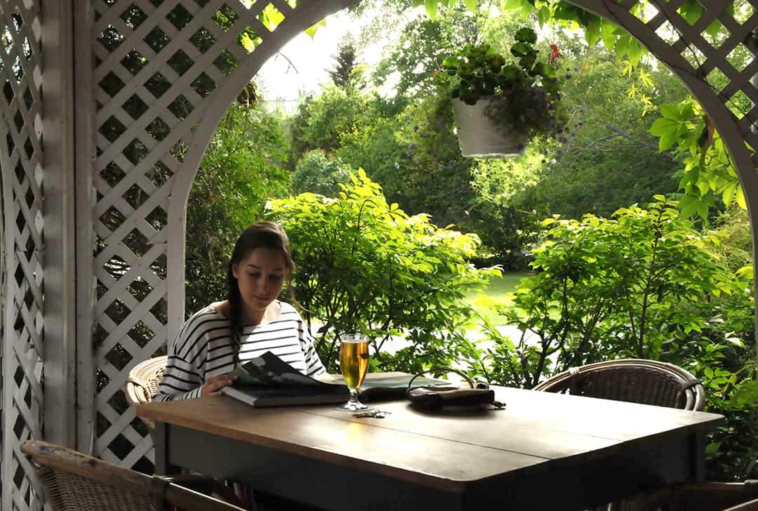 Café extérieure avec ambiance relaxante pour vos après-midi détentes