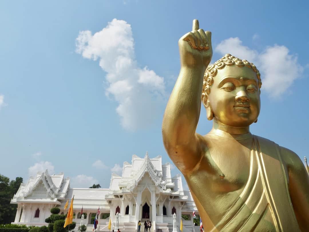Buddha vor dem thailändischen Tempel in Lumbini, Nepal