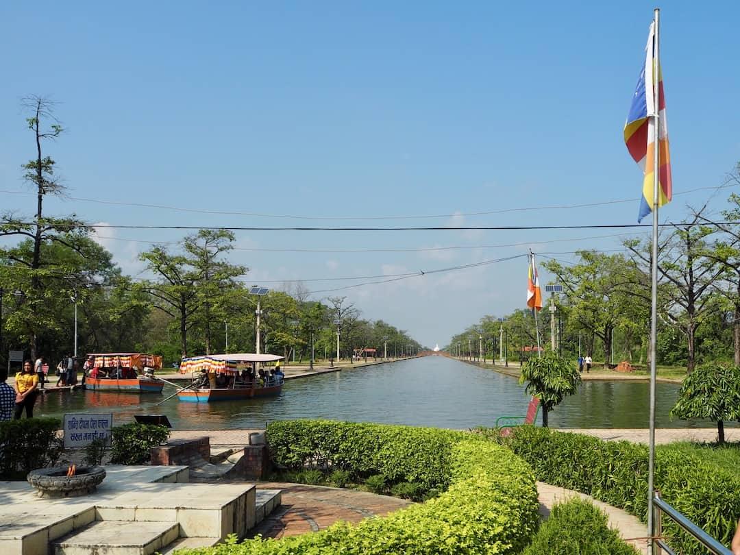 Flamme des ewigen Friedens, Kanal und Friedenspagode in Lumbini, Nepal