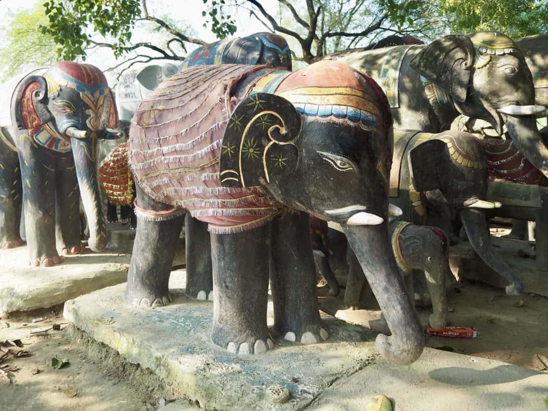 Fahrradtour durch Lumbini: Steinelefanten