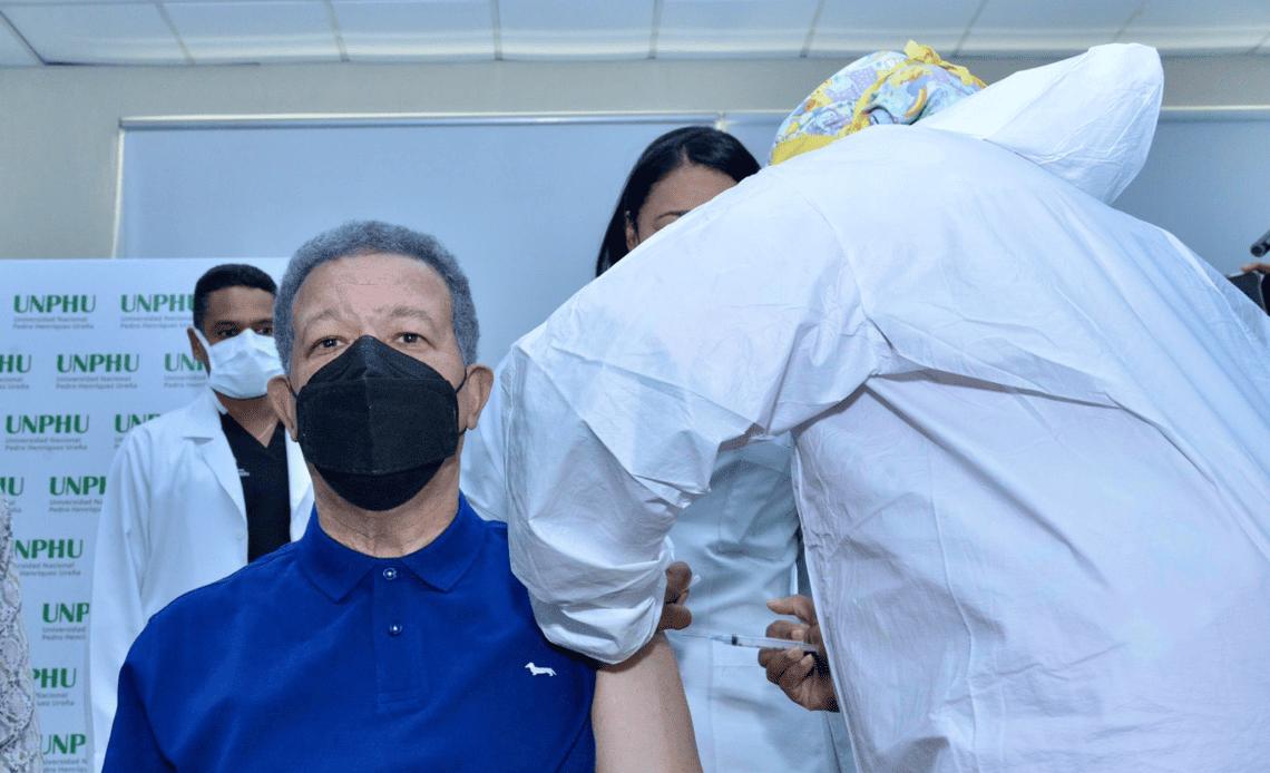 Leonel vacunándose