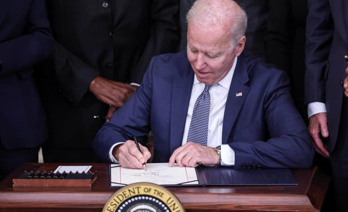 """Biden crea un festivo para reflexionar sobre el """"pecado"""" de la esclavitud"""