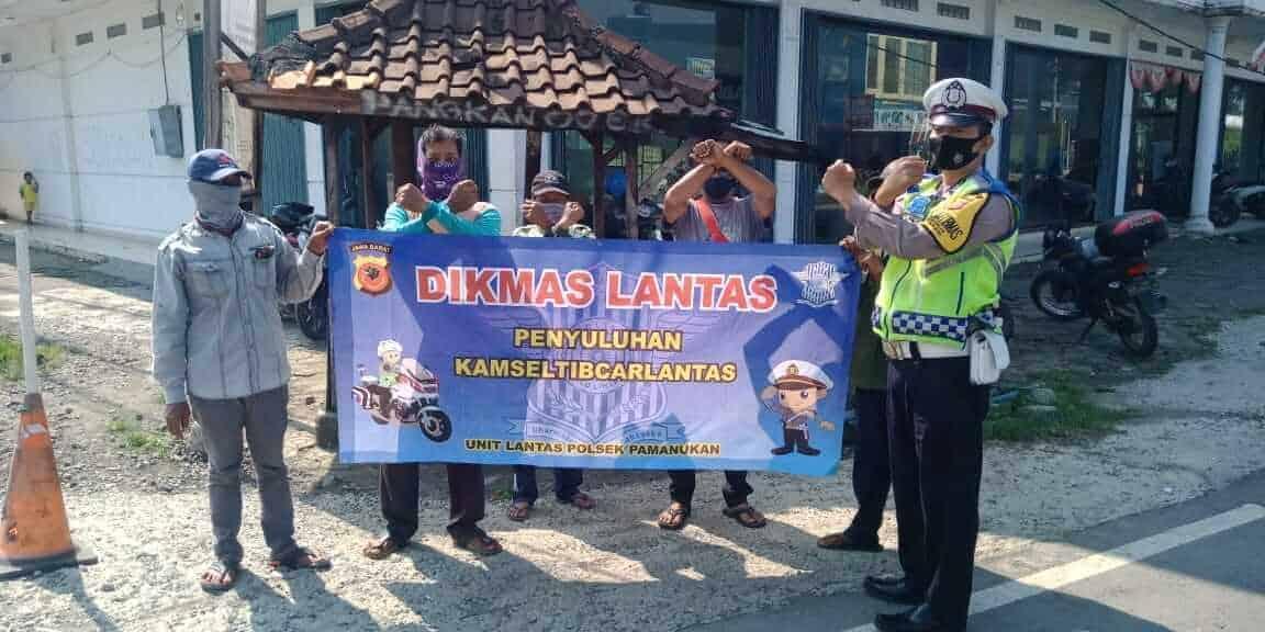 Penyuluhan tertib berlalu lintas dan mentaati prokes covid-19 kepada komunitas ojek Pamanukan oleh Polsek Pamanukan, Polres Subang