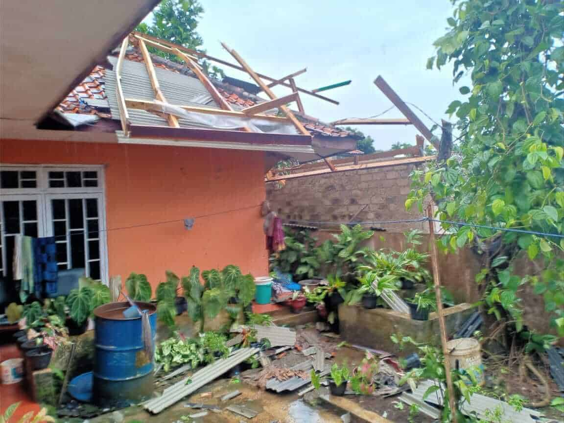 Angin Puting beliung menghajar sejumlah rumah warga