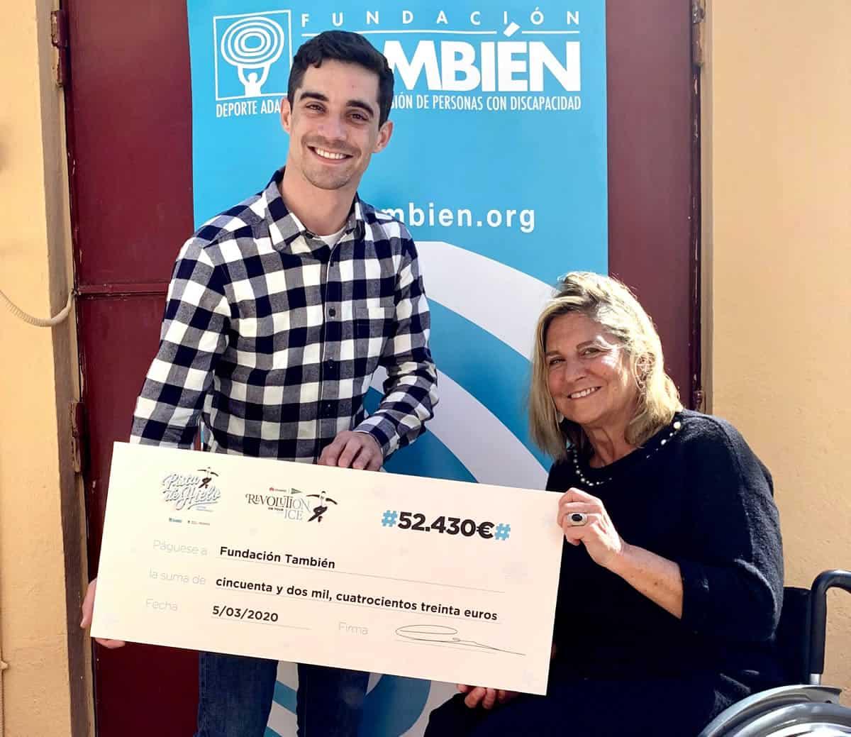 Javier Fernández entrega a la Presidenta de Fundación También Teresa Silva el cheque con la cifra recaudada durante el espectáculo Revolution on Ice 2019
