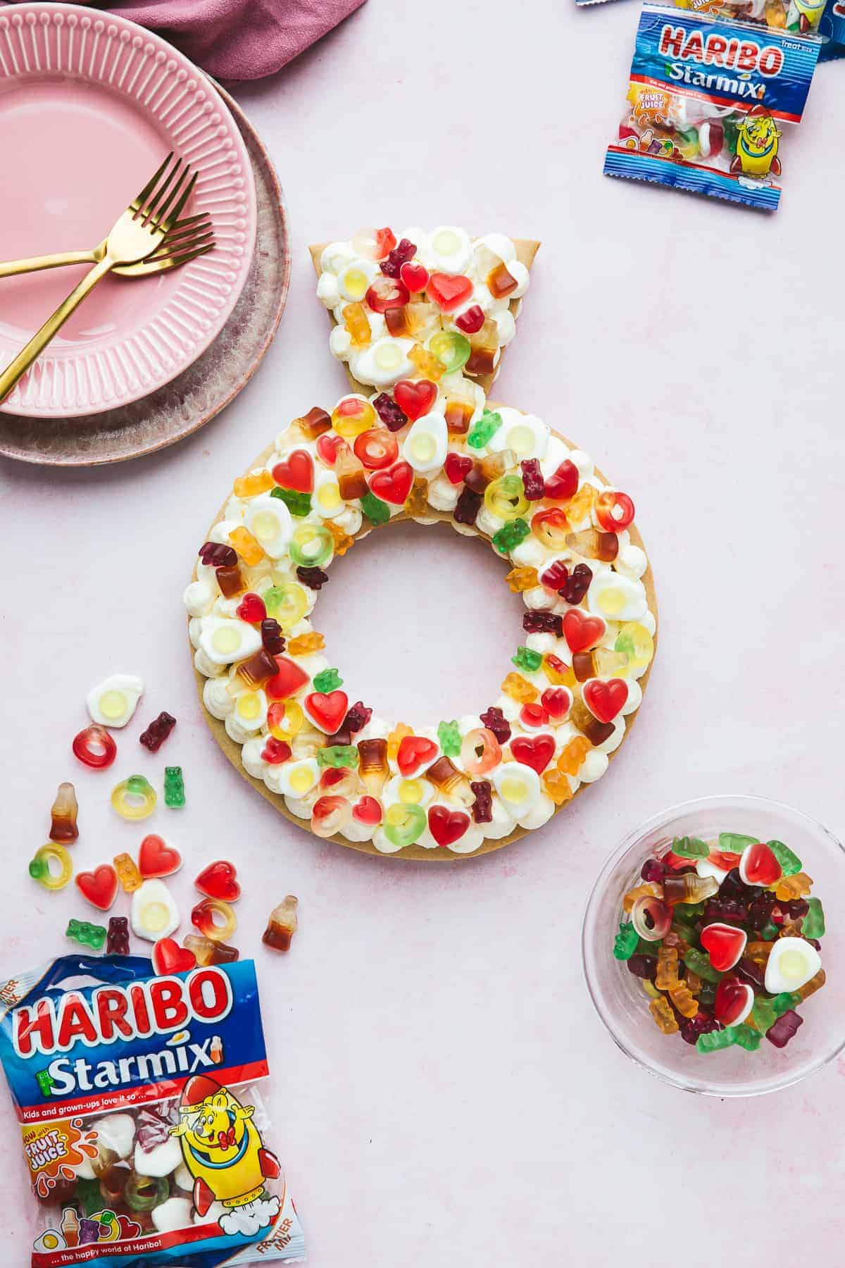 A cream tart in a ring shape filled with vanilla buttercream and decorated with HARIBO sweets.