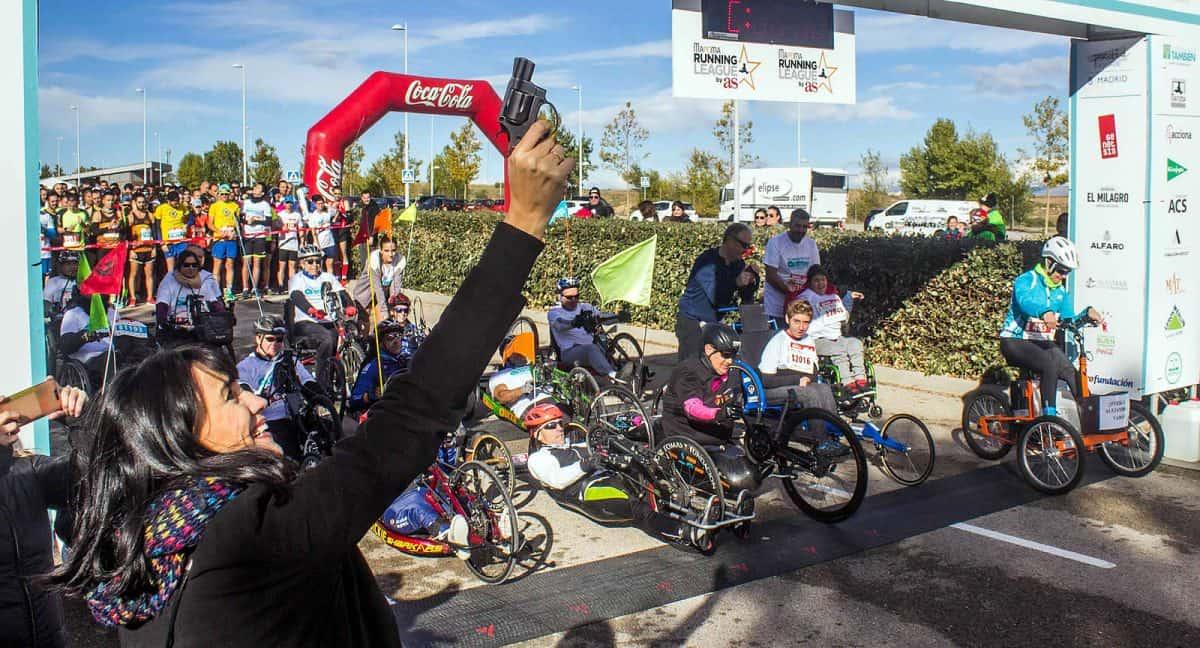 Irene Villa, madrina de la carrera, dio el pistoletazo de salida de las carreras de 10 y 5 kilómetros.