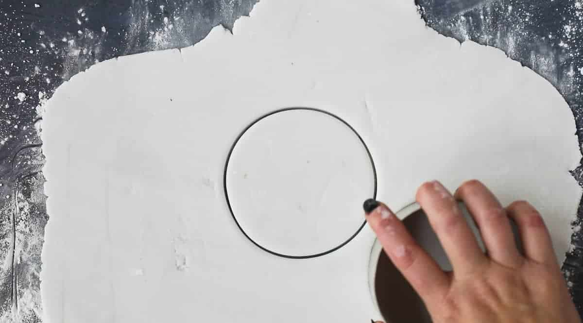 White fondant icing with a 10cm circle cut from it.
