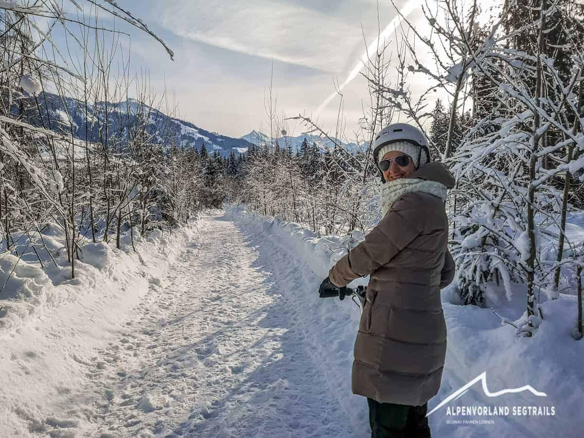 Winterlandschaft und Segway Fahrerin