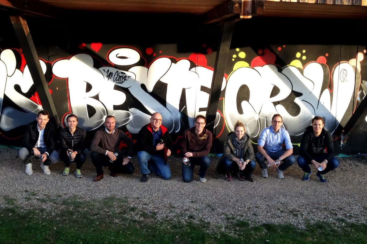 "Graffiti Teambuilding ""VA's BESTE QR3W"" Firmenevent einmal anders! Flo malte mit der Belegschaft einen stylisches VA's BESTE QR3W im Graffiti Style!"
