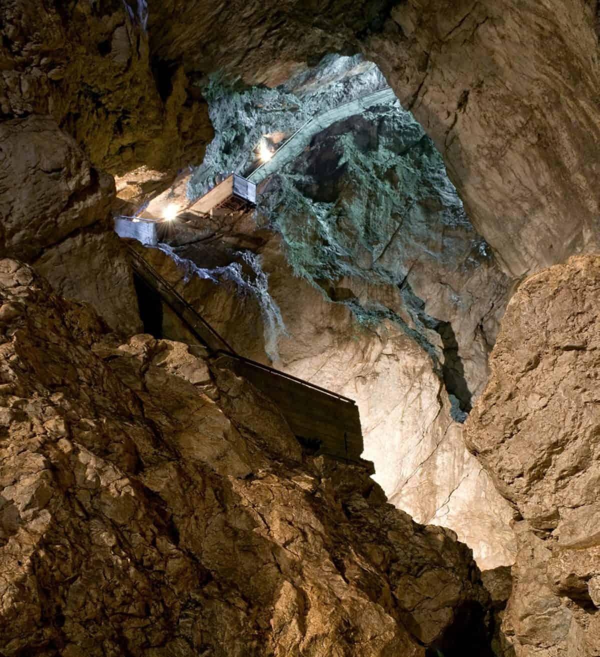 Bajada a la cueva de la Garganta del Diablo (301 escalones...)