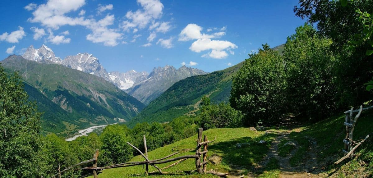 Ushba Peak-Blick von der Strecke