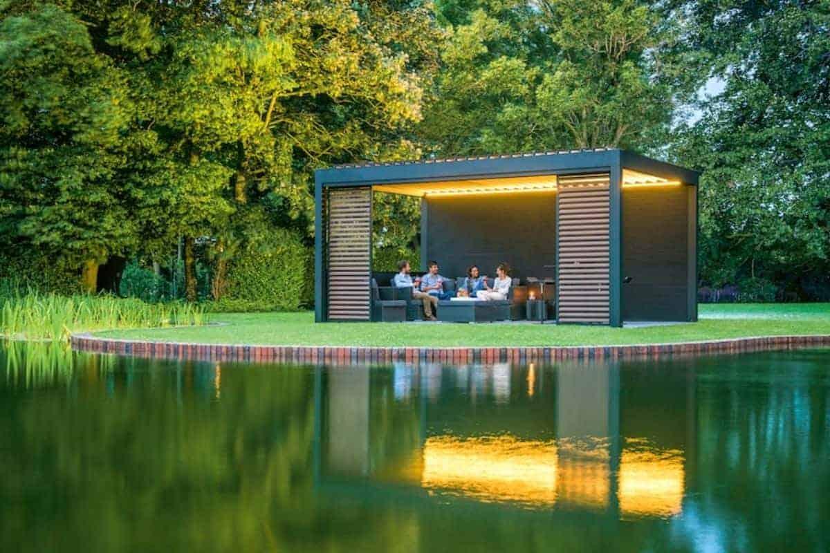 Moderne Terrassenüberdachung am Teich