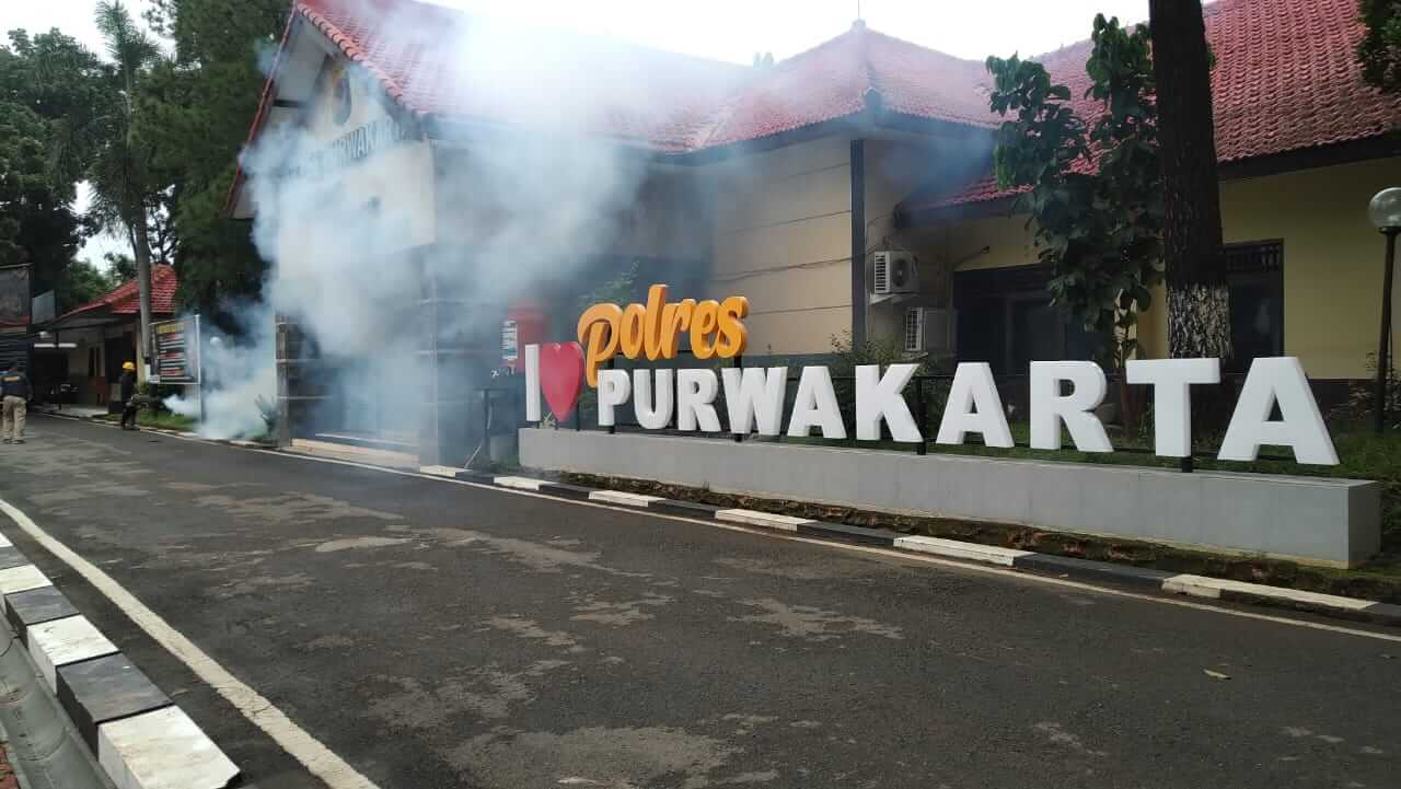 Fogging di Mapolres Purwakarta - Antisipasi Wabah Penyakit DBD