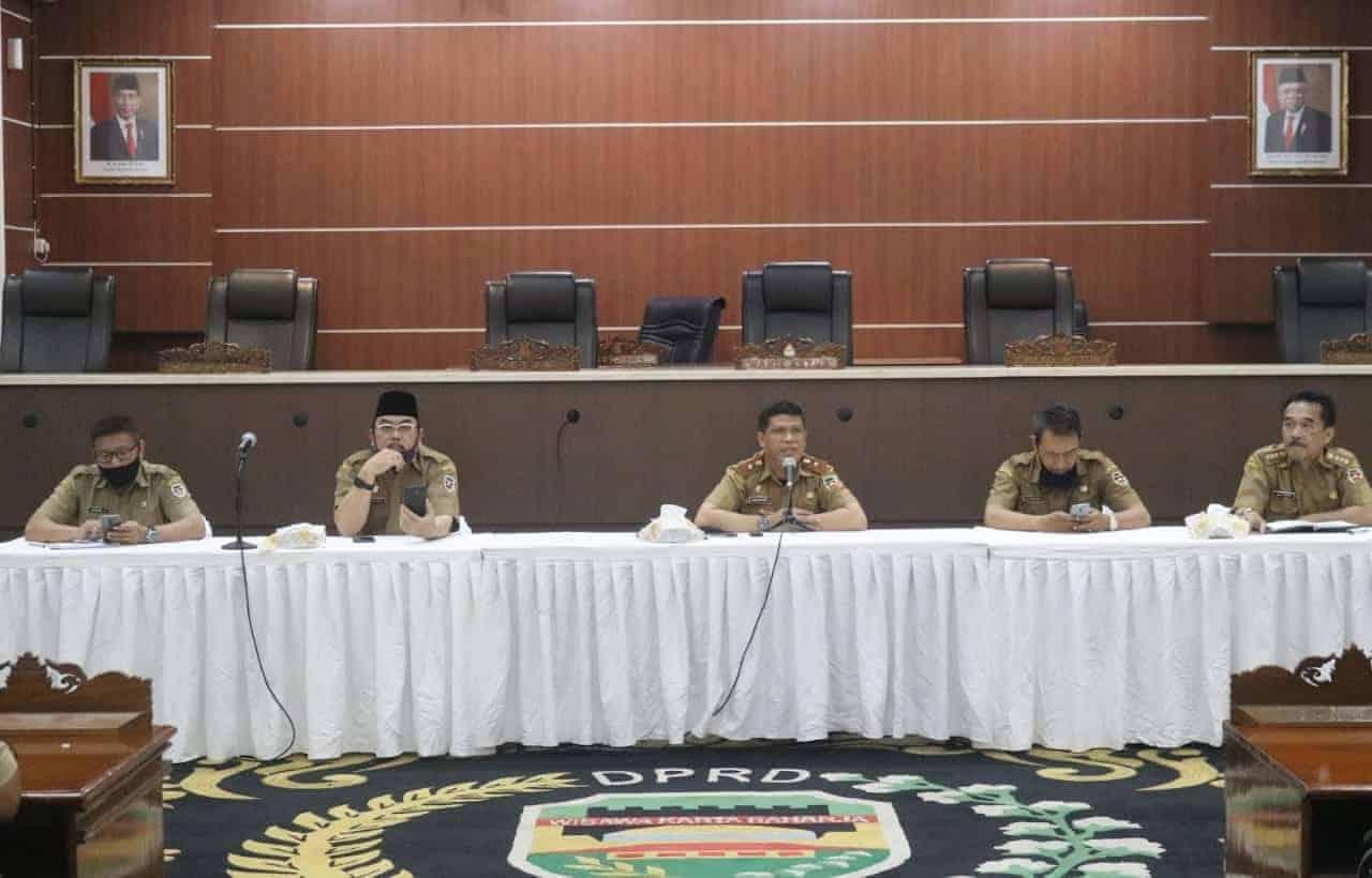 Sekretaris DPRD, Drs. Suhandi, M.Si (depan mic)