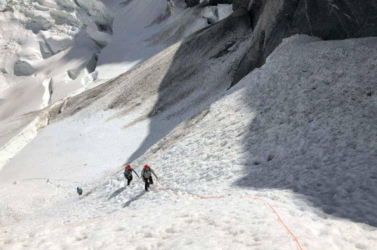 Mentale Stärke beim Bergsteigen. Gehen über den Gletscher