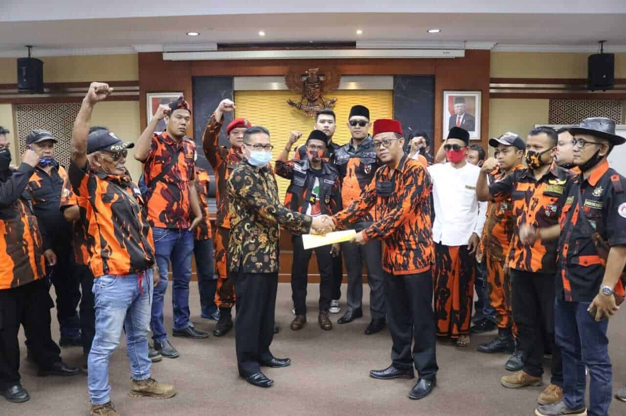 Sekjen MPC Pemuda Pancasila menyerahkan dokumen stateman PP