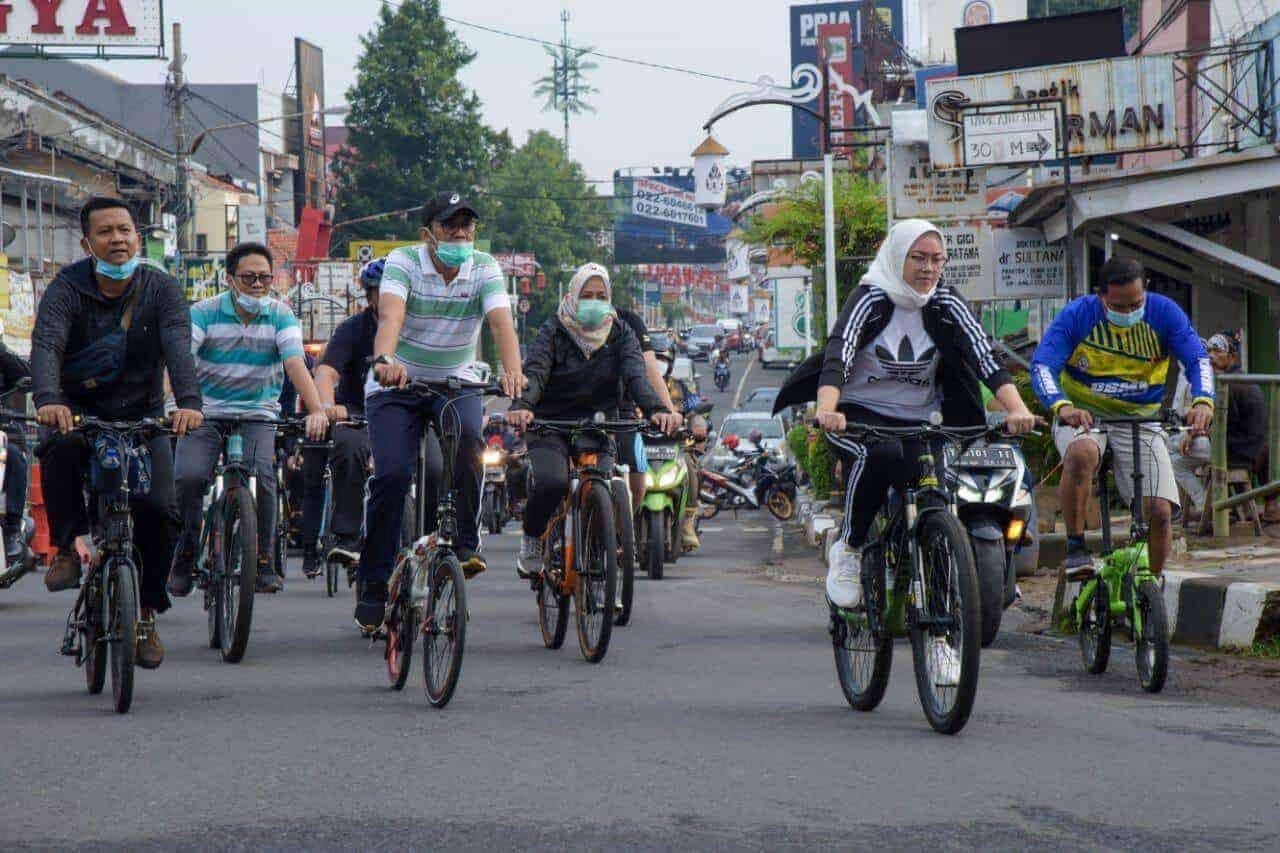 Bupati Purwakarta Ambu Anne Ratna Mustika olahraga bersepeda di sekitaran kota