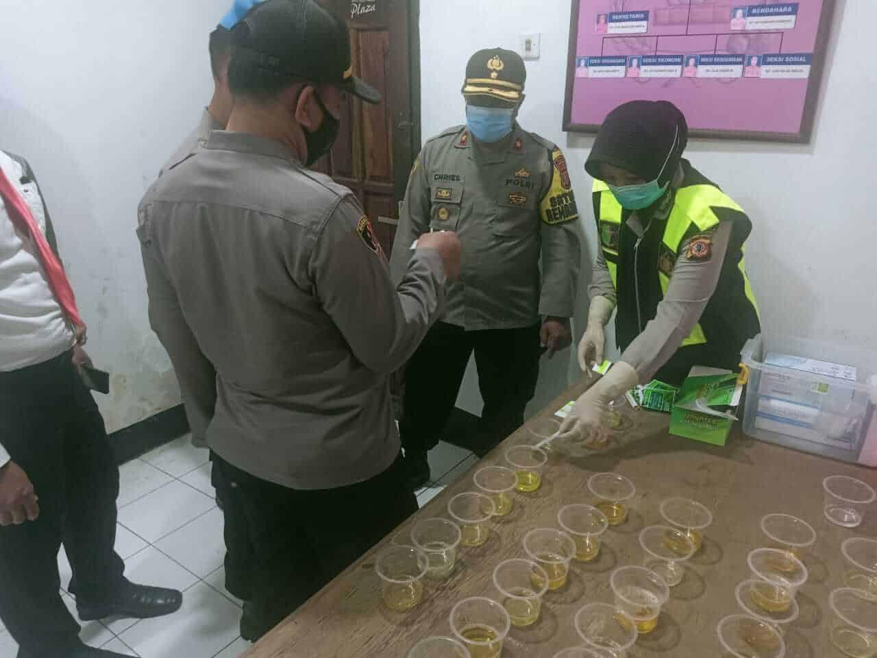 Kabag Sumda Polres Purwakarta, Kompol Arfai Chriesirian dalam kegiatan tes urine kepada anggota