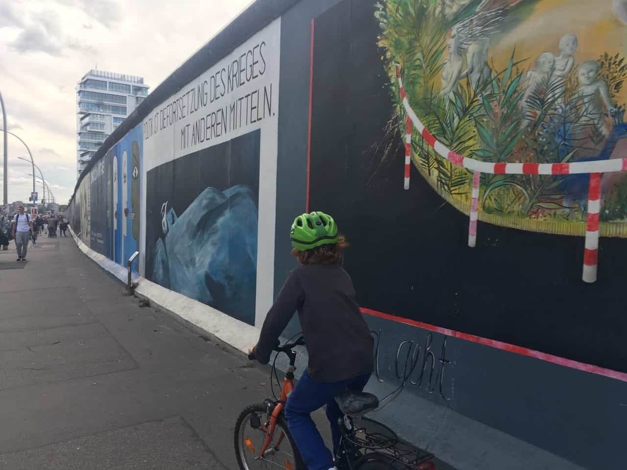 Mauerradweg mit Kind-East Side Gallery