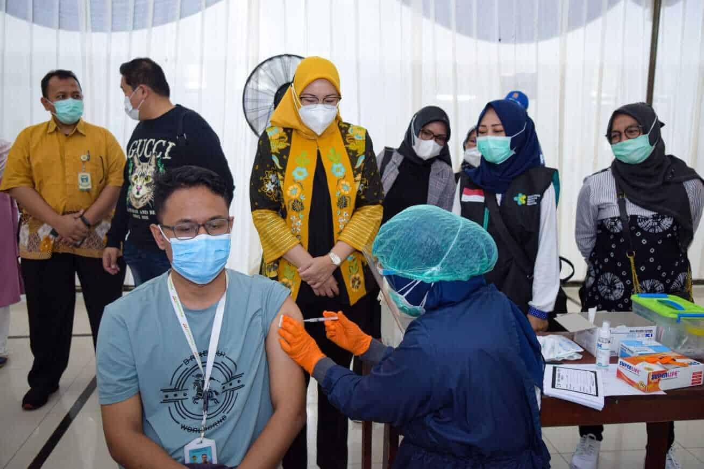 Bupati Purwakarta, Anne Ratna Mustika bersama Kadis Kesehatan, dr. Deni Darmawan (kaos hitam) menyaksikan yang sedang di vaksinasi covid 19