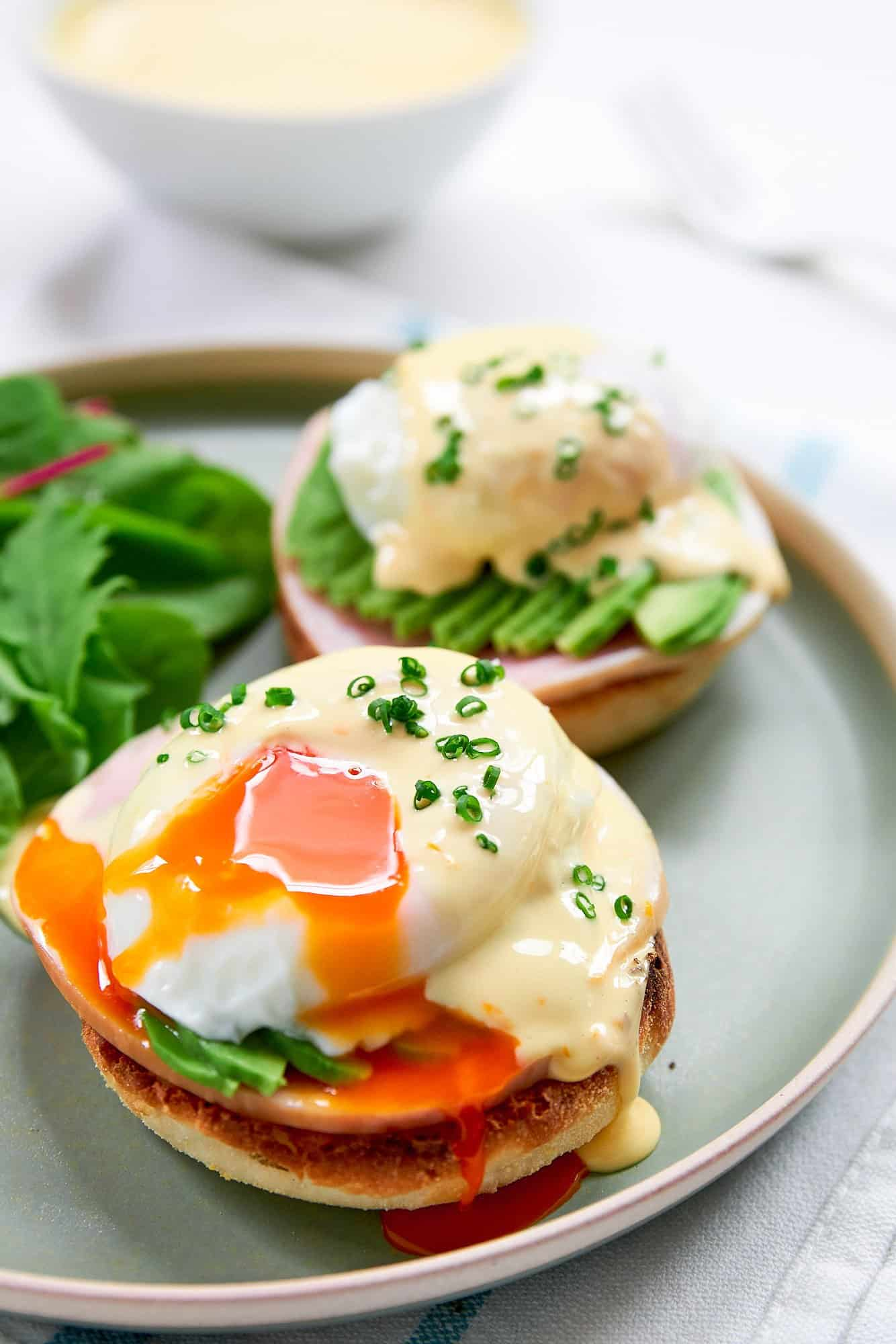 The best Eggs Benedict recipe, with ham, avocado and a poached egg blanketed with a silky smooth Hollandaise sauce. The perfect idea for a brunch party.