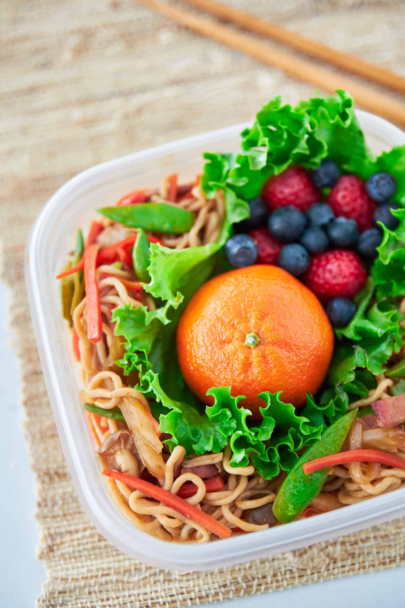 A delicious low-carb yakisoba bento made with shirataki noodles.