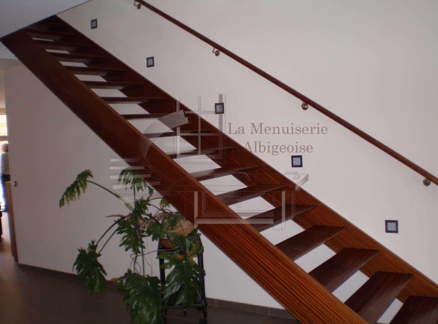 Escalier en bois droit