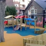 Чем удобна резина для детских площадок.