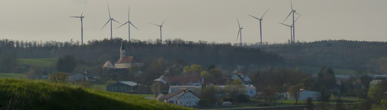Kulturlandschaft mit Windrädern am Horizont