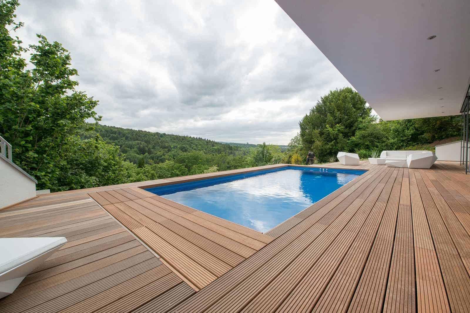 Terrasse Hanglage mit Pool